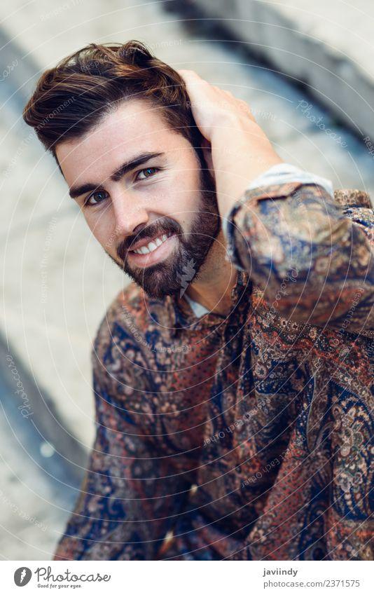Junger lächelnder Mann im modernen Hemd auf der Straße Lifestyle Stil schön Haare & Frisuren Mensch maskulin Junger Mann Jugendliche Erwachsene 1 18-30 Jahre