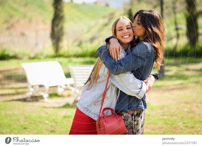 Junge Frau, die ihr Freund-Gesicht im Freien küsst. Lifestyle Stil Freude Glück schön Mensch feminin Jugendliche Erwachsene Freundschaft 2 18-30 Jahre Park