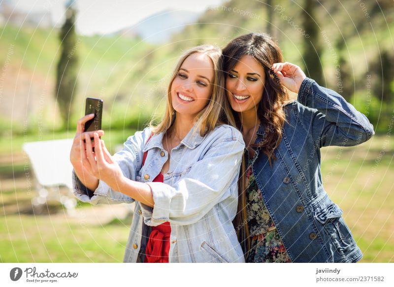Zwei junge Frauen, die ein Selfie-Foto machen. Lifestyle Stil Freude Glück schön Sommer Telefon Fotokamera Mensch feminin Junge Frau Jugendliche Erwachsene