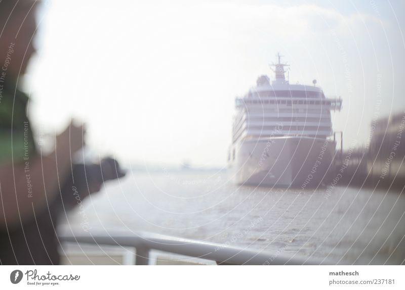Hafenromantik Fotokamera Mensch maskulin Mann Erwachsene 1 Wasser Himmel Schifffahrt Kreuzfahrt Kreuzfahrtschiff blau weiß Fotografieren Reling Kanal