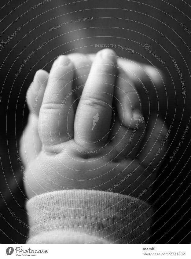 Patschehändchen Mensch Kind Baby Hand Finger 1 0-12 Monate Gefühle Stimmung Warmherzigkeit Liebe klein zart Nachkommen fein Schwarzweißfoto Innenaufnahme