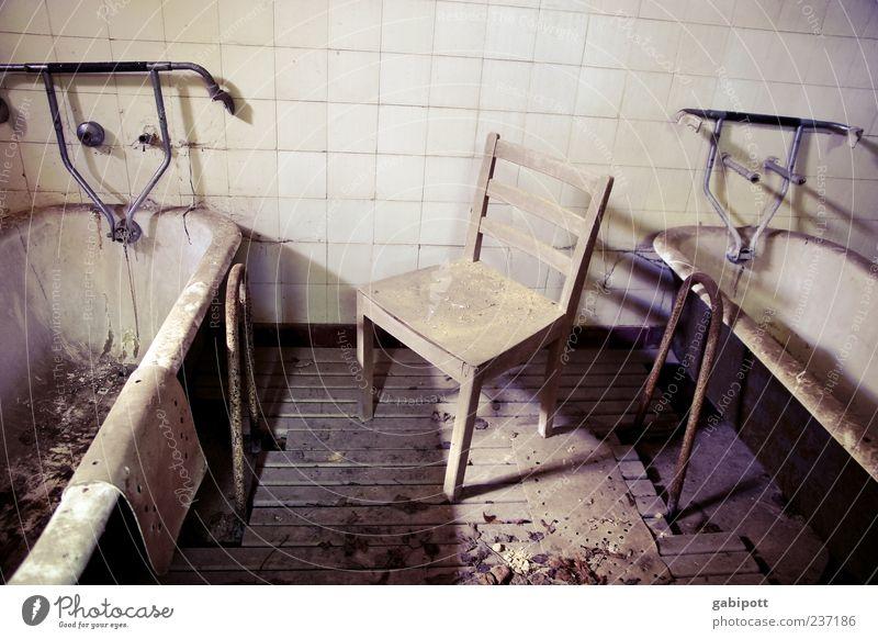 Reinigungskraft gesucht! alt weiß schwarz Haus Gebäude braun dreckig Perspektive Häusliches Leben Bodenbelag kaputt trist Wandel & Veränderung Stuhl Stadtleben