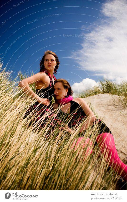 ZUSAMMEN Mensch Himmel Jugendliche schön Sommer Strand Wolken Erwachsene feminin Küste Gras Stil Paar Zusammensein elegant liegen