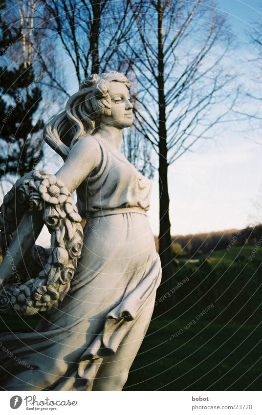 Stoned I Frau Himmel blau Stein Kunst Beton Kleid Statue stagnierend Bildhauerei Mensch