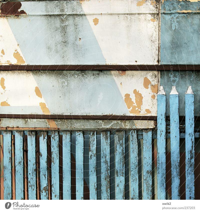 Privatsphäre blau alt weiß Farbe Holz trist einfach verfallen fest historisch Zaun diagonal Neigung Riss Barriere eckig