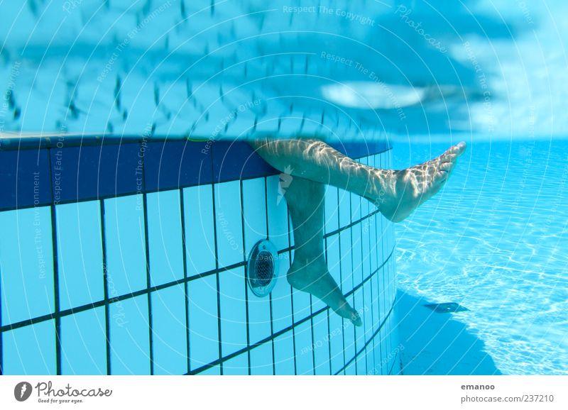 kalte Füße Mensch Mann blau schön Ferien & Urlaub & Reisen Sommer Freude ruhig Erwachsene Erholung kalt Stil Beine Fuß Schwimmen & Baden Freizeit & Hobby