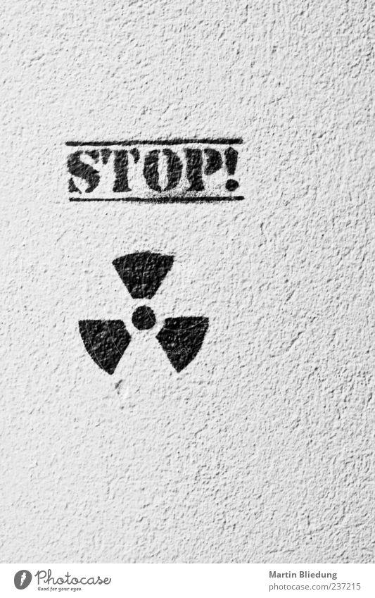 Keine Einwände! Zeichen Schriftzeichen Graffiti authentisch schwarz weiß Umweltverschmutzung Umweltschutz Atom Atomausstieg Ausruf Befehl Fassade Wand stoppen