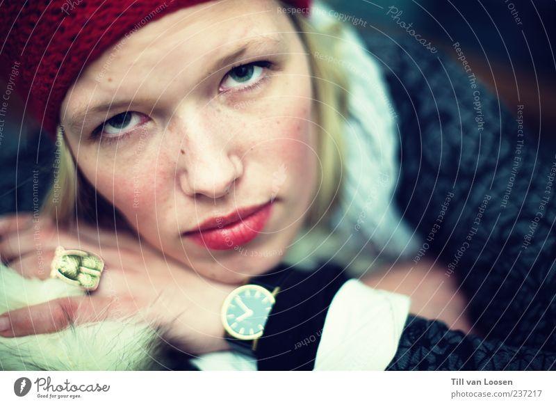 highly motivated Mensch feminin Junge Frau Jugendliche 1 18-30 Jahre Erwachsene Mode Accessoire Schmuck Mütze blond kaputt blau rot weiß Gefühle Ring Uhr Wolle