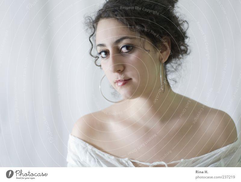Der Blick feminin Junge Frau Jugendliche 1 Mensch 18-30 Jahre Erwachsene Haare & Frisuren brünett langhaarig Locken hell schön weiß Ohrringe Dekolleté Farbfoto