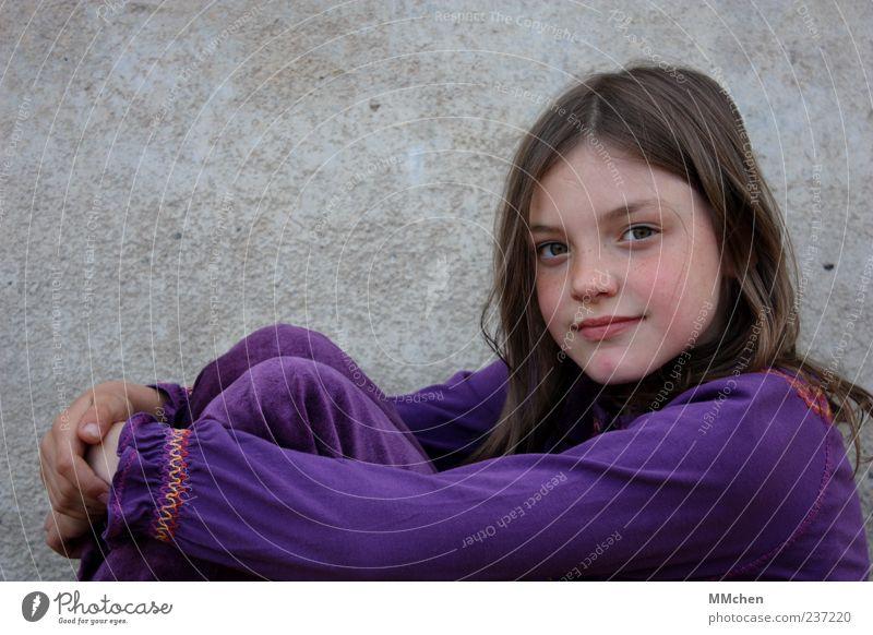 Das Leben ist bunt Mensch Kind Mädchen Kindheit 1 8-13 Jahre brünett langhaarig Scheitel Lächeln Blick sitzen Freundlichkeit Glück grau violett Zufriedenheit