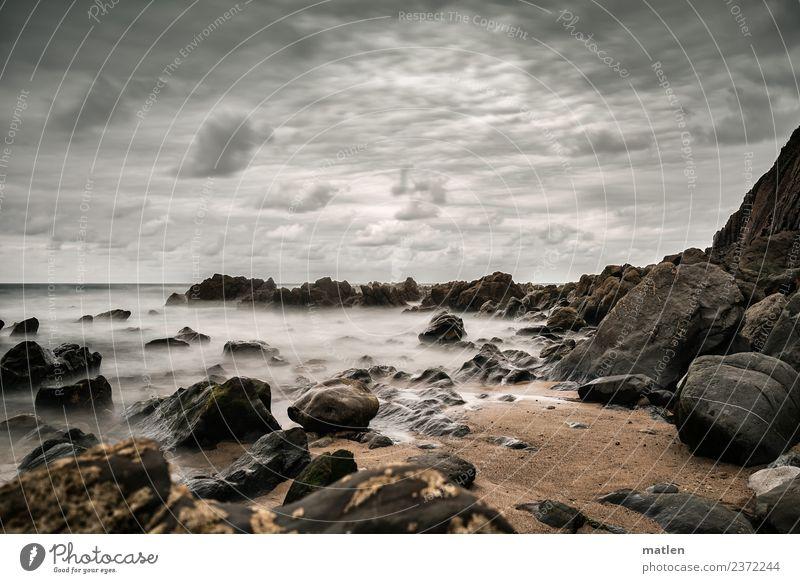 steiniger Strand Landschaft Sand Wasser Himmel Wolken Horizont Sommer Wetter schlechtes Wetter Wind Felsen Wellen Küste Bucht Meer Menschenleer dunkel braun