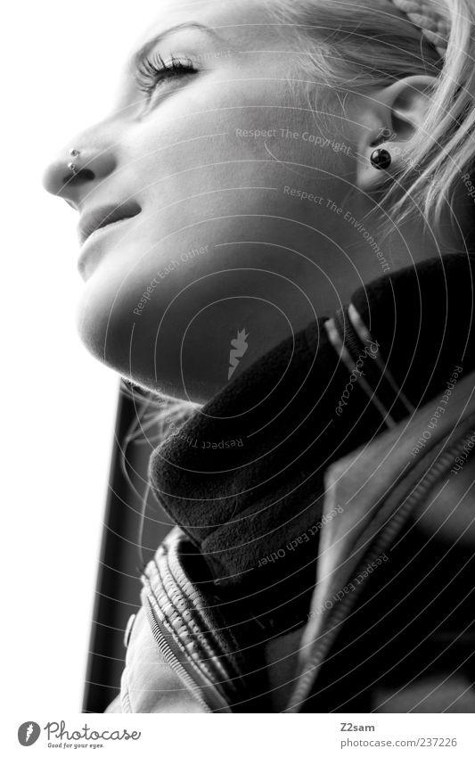 für immer feminin Junge Frau Jugendliche 1 Mensch 18-30 Jahre Erwachsene Leder Piercing blond langhaarig beobachten Denken genießen Lächeln träumen