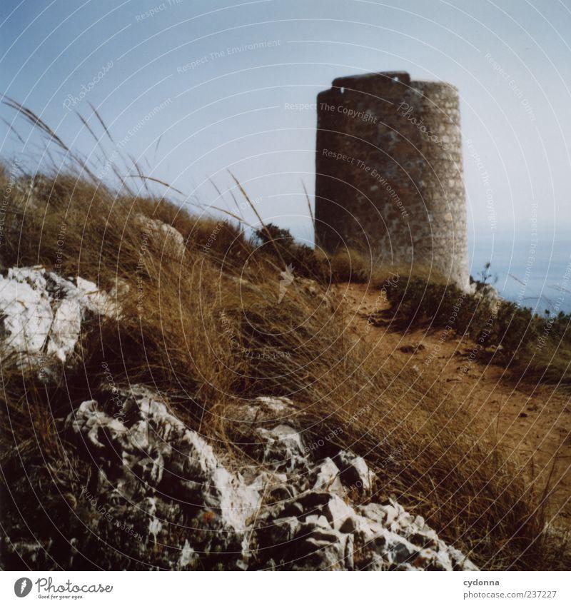 Alter Leuchtturm Ferien & Urlaub & Reisen Tourismus Ausflug Sommerurlaub Natur Landschaft Wolkenloser Himmel Gras Felsen Küste Meer Turm Architektur Mauer Wand