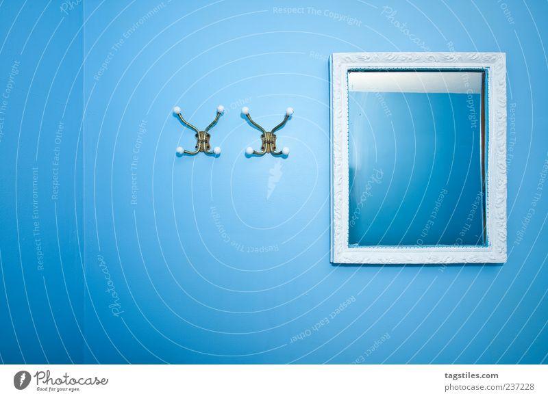 HIMMELBLAU blau himmelblau hell-blau Raum Innenarchitektur Wand Spiegel Kleiderhaken Haken Ordnung Ecke Zimmerecke Linie gerade parallel weiß Möbel Postkarte