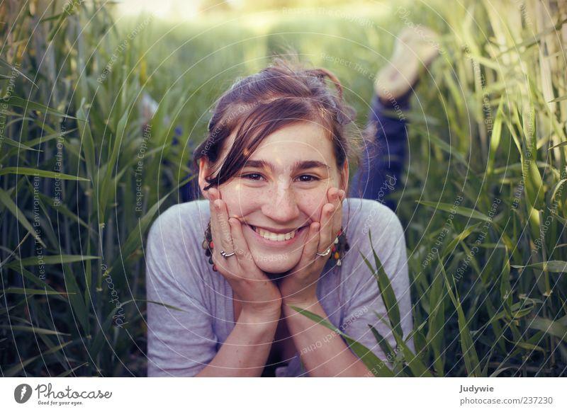 Strahlemädchen Freude schön Wohlgefühl Zufriedenheit Sommer Mensch feminin Junge Frau Jugendliche Natur Pflanze Feld Schmuck brünett Erholung Fröhlichkeit Glück