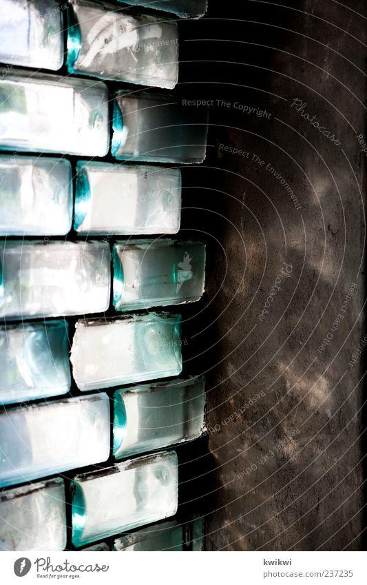 Bourbon Mauer Wand Fenster Stein Beton Glas Metall grün Fassade Innenaufnahme Textfreiraum rechts Licht Kontrast Reflexion & Spiegelung Sonnenlicht Glasbaustein