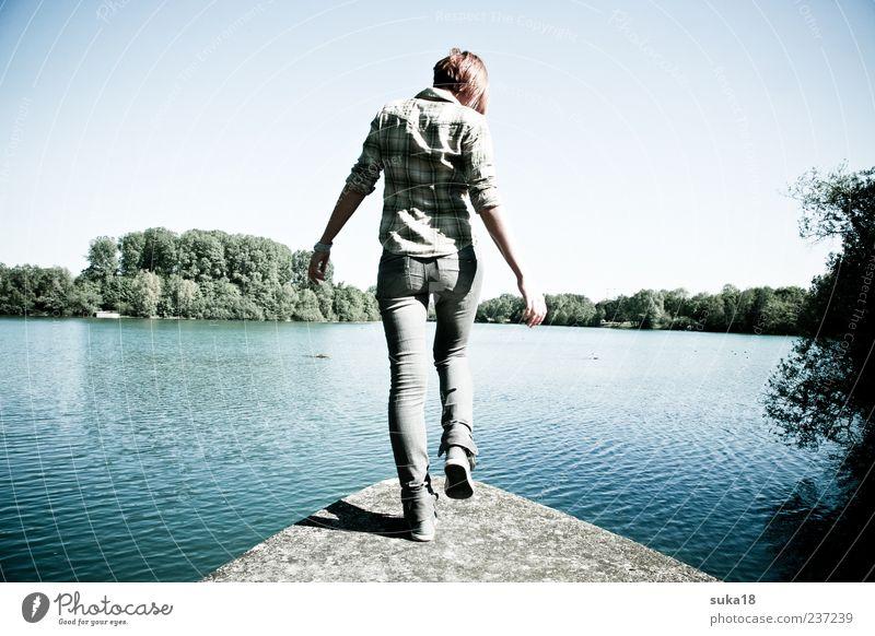 Freiheit feminin Junge Frau Jugendliche 1 Mensch 18-30 Jahre Erwachsene Natur Sommer Schönes Wetter Teich springen Farbfoto Außenaufnahme Tag gehen Rückansicht