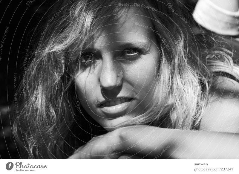 hübschheit Junge Frau Jugendliche Gesicht Auge Nase Lippen Haare & Frisuren langhaarig Locken ästhetisch Glück schön Schwarzweißfoto Außenaufnahme