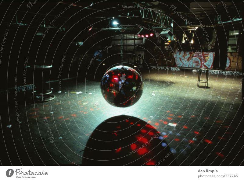 down by disco glänzend leer Bodenbelag Disco Club analog Bühnenbeleuchtung Discokugel hängend Veranstaltungsbeleuchtung freihängend