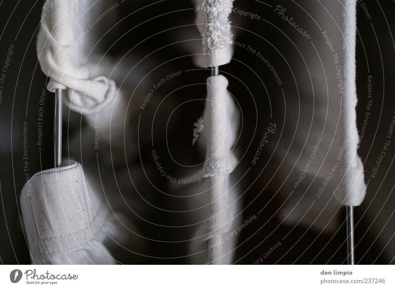 weißes Handtuch gewaschen frisch Sauberkeit Wäscheständer silber hell trocken feucht hängen Detailaufnahme Menschenleer Schwache Tiefenschärfe Vogelperspektive