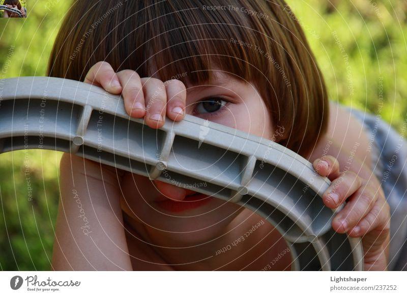 Mensch Kind blau weiß schön Freude Gesicht Junge klein Glück Stimmung Kindheit Zufriedenheit Fröhlichkeit Sicherheit Sträucher