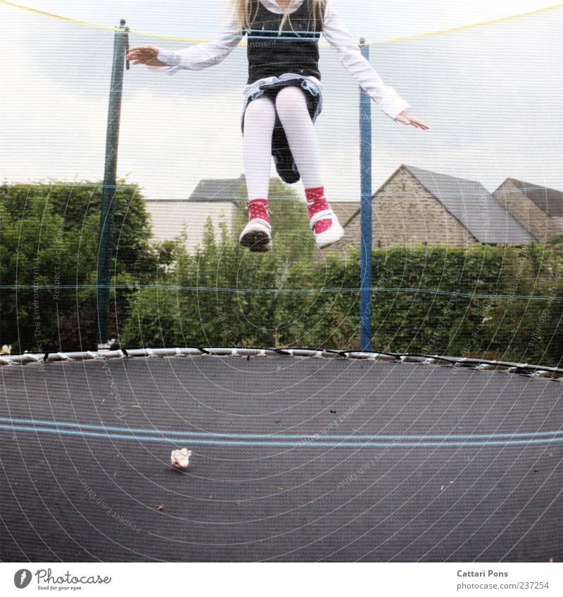 abheben! Trampolin Mensch Kind Mädchen 1 Kleid Strumpfhose blond langhaarig fliegen Spielen springen klein hüpfen Luft kindlich Freude Farbfoto Außenaufnahme