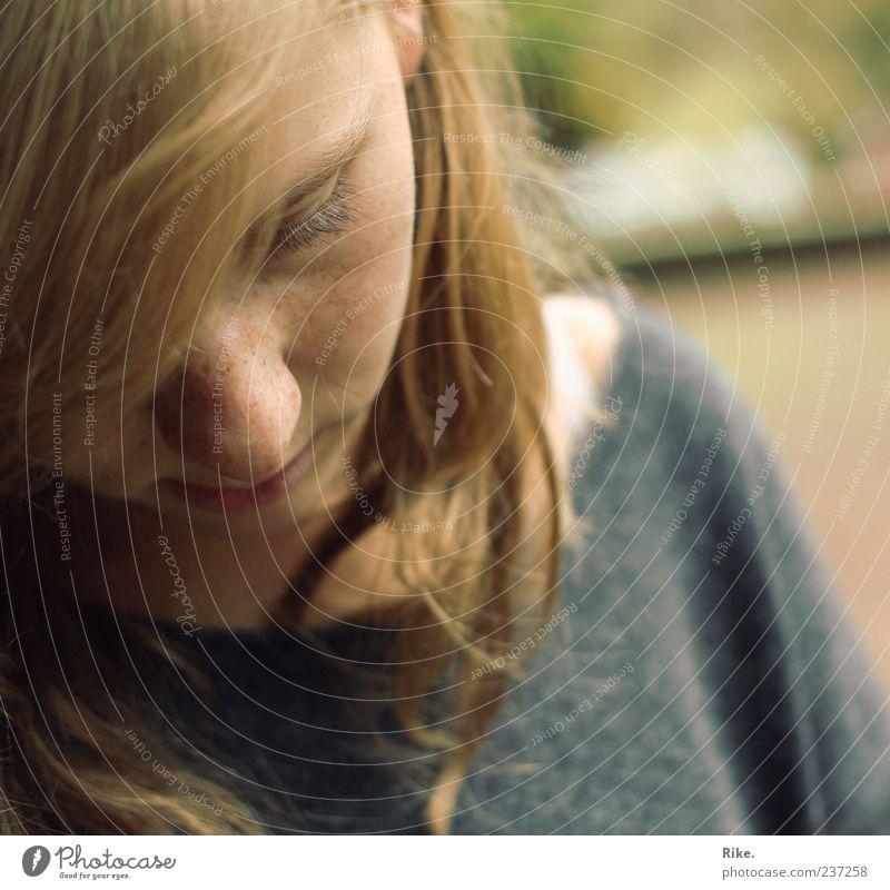 Unaufdringlich. Mensch Jugendliche schön Einsamkeit Erwachsene feminin Gefühle Traurigkeit Denken Stimmung blond Angst natürlich Nase Junge Frau 18-30 Jahre