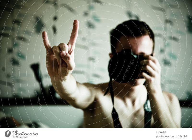 Rock in Mir maskulin Finger Junger Mann Symbole & Metaphern Fotokamera Zeichen Rockmusik machen Fotograf Fotografieren Selbstportrait Rocker Subkultur rocken dunkelhaarig Nackte Haut