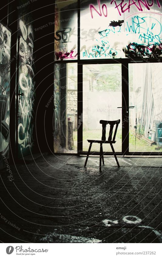 Vierbeiner dunkel Stuhl Sitzgelegenheit Einsamkeit Farbfoto Innenaufnahme Menschenleer Schatten Lichterscheinung Gegenlicht 1 Graffiti einfach Raum Fenster