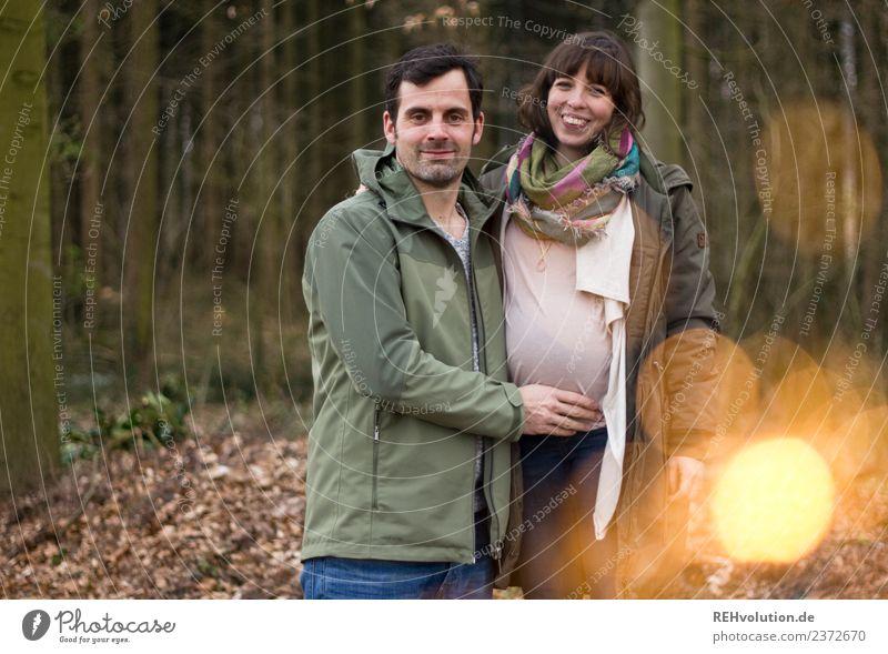 Junges Pärchen schwanger in Wald Frau Mensch Natur Mann Landschaft Freude Erwachsene Herbst Umwelt Liebe natürlich feminin Glück Paar Zusammensein