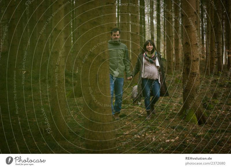 Junges Paar unterwegs im Wald Frau Mensch Natur Jugendliche Mann Landschaft 18-30 Jahre Lifestyle Erwachsene Herbst Umwelt Liebe natürlich feminin Glück