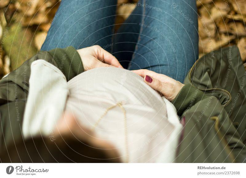 Schwangere Frau sitzt im Wlad Mensch Natur Jugendliche Junge Frau Winter Wald 18-30 Jahre Erwachsene Leben Umwelt Herbst Liebe feminin Glück Zufriedenheit