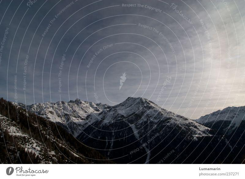 Schultern der Welt Umwelt Landschaft Himmel Wolken Horizont Schnee Wald Berge u. Gebirge Gipfel Schneebedeckte Gipfel dunkel Ferne gigantisch kalt natürlich