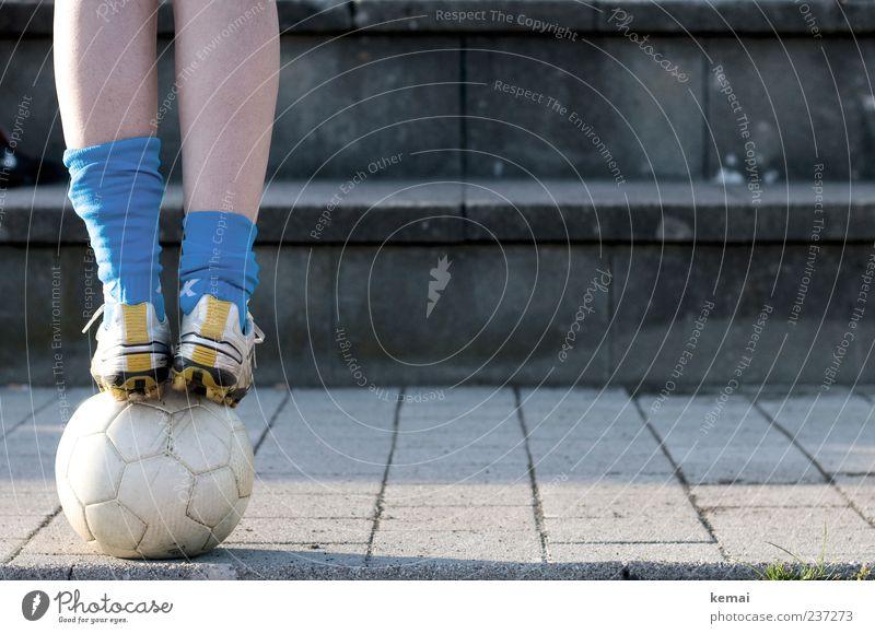 Balanceakt Mensch Jugendliche blau Erwachsene Beine Fuß Schuhe Freizeit & Hobby Fußball Beton Junge Frau 18-30 Jahre stehen Ball Gleichgewicht