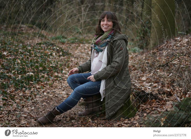 schwangere junge Frau sitzt im Wald Mensch Natur Jugendliche Junge Frau blau schön grün Erwachsene Leben Frühling natürlich feminin Glück braun sitzen
