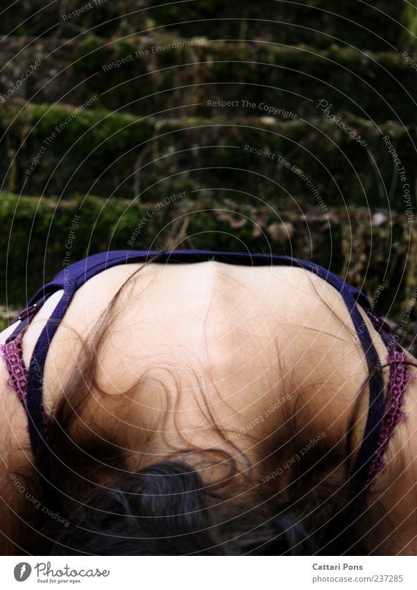 lock it! feminin Junge Frau Jugendliche Erwachsene 1 Mensch Mauer Wand Treppe brünett langhaarig entdecken hängen hocken liegen Traurigkeit einzigartig dünn