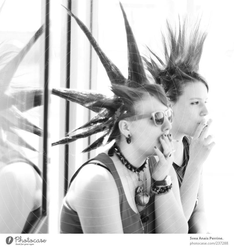 Das ganze Grau dazwichen. Junge Frau Jugendliche 2 Mensch 18-30 Jahre Erwachsene Nieten Ohrringe Punk Rauchen außergewöhnlich einzigartig rebellisch wild