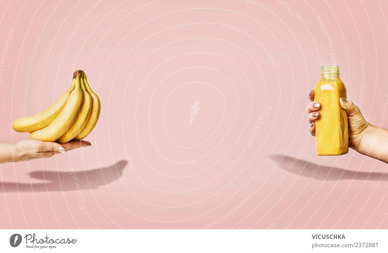 Bananen und gelbe Getränkflasche in weiblichen Hände Lebensmittel Frucht Erfrischungsgetränk Saft Flasche kaufen Stil Design Gesundheit Gesunde Ernährung