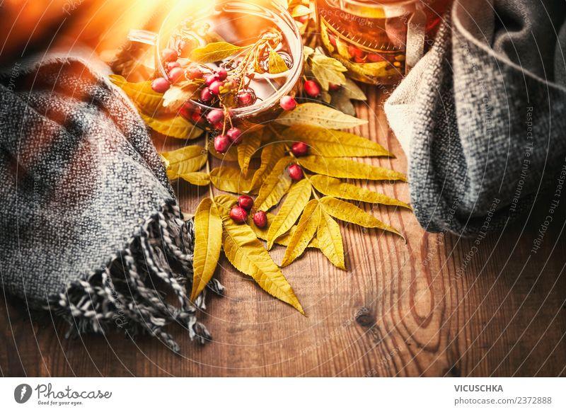 Tasse mit Herbst Tee und Schal Getränk Heißgetränk Lifestyle Stil Design Gesundheit Gesunde Ernährung Leben Erholung Häusliches Leben Tisch Erntedankfest