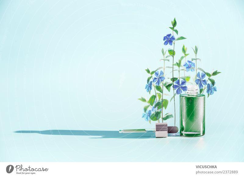 Kosmetikflasche mit blauen BLumen und Pipette Lifestyle kaufen Stil Design schön Gesundheit Wellness Wohlgefühl Spa Natur Pflanze Blume Blüte trendy Serum