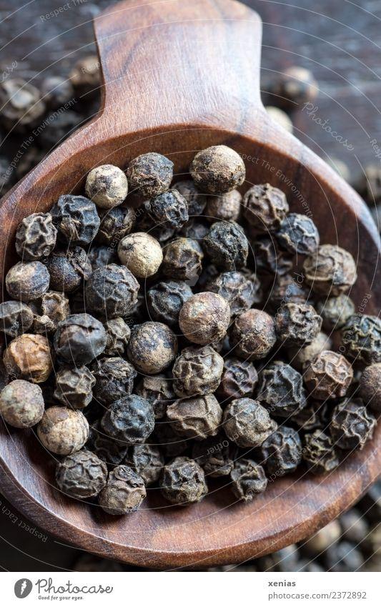 Makroaufnahme Schwarze Pfefferkörner auf einem Holzlöffel Lebensmittel Kräuter & Gewürze Schwarzer Pfeffer Bioprodukte Schalen & Schüsseln braun