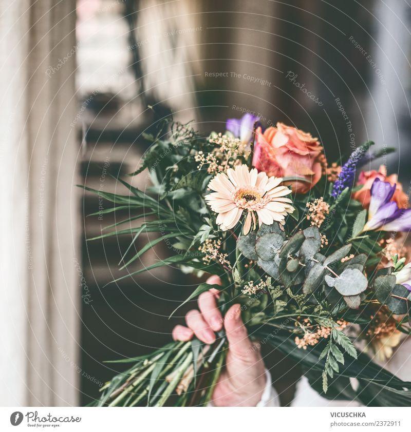 Schönes Blumenbündel in der weiblichen Hand Lifestyle Stil Design schön Häusliches Leben Wohnung Valentinstag feminin Frau Erwachsene Natur Pflanze Rose