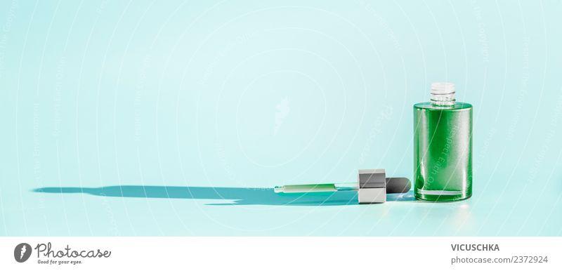 Grüne Kosmetik Flasche mit Serum oder Gesichtsöl Lifestyle kaufen Stil Design schön Gesundheit Wellness Spa Massage Fahne rein Pipette Hintergrundbild liquide
