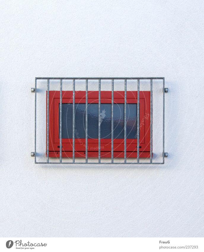 Hinter Gittern Gebäude Mauer Wand Fenster Beton Metall grau rot Sicherheit Schutz Farbfoto Außenaufnahme Tag Reflexion & Spiegelung
