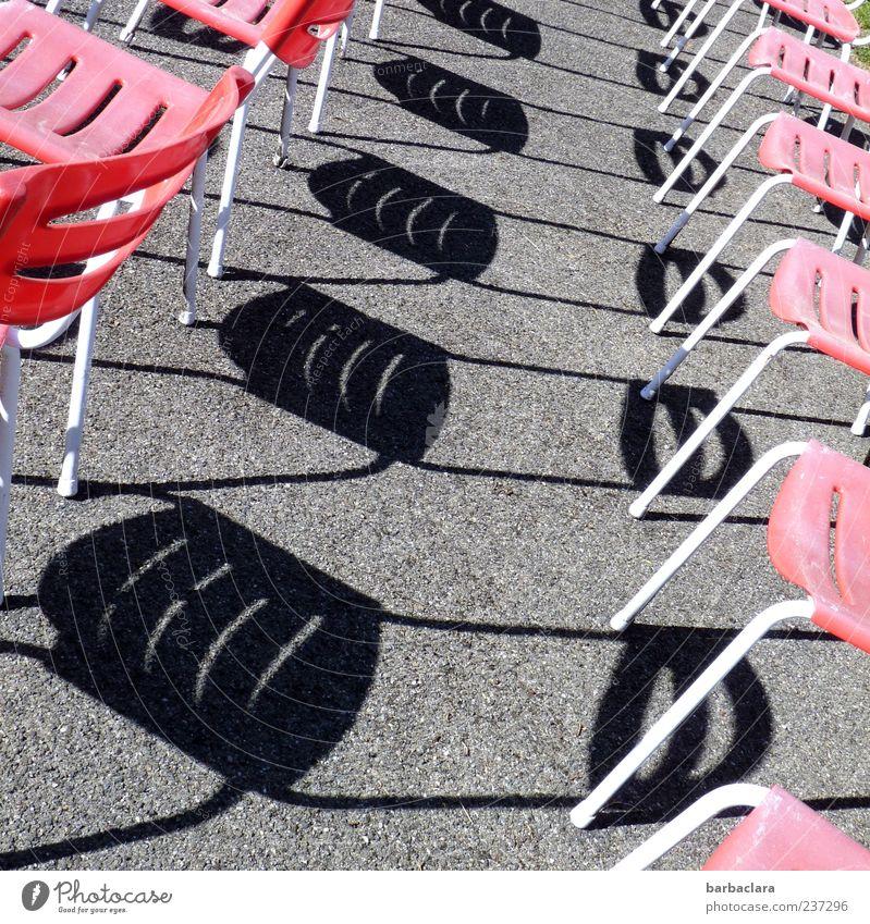 Wer die Wahl hat... Erholung ruhig Stuhl Platz Stuhlreihe grau rot schwarz ästhetisch Ordnung skurril Surrealismus Farbfoto Außenaufnahme Muster Menschenleer