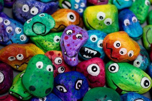 Monstersteine Menschengruppe Kunst Stein lustig verrückt Identität einzigartig Zusammenhalt Gesicht Figur Verschiedenheit ähnlich Menschenmenge viele Charakter