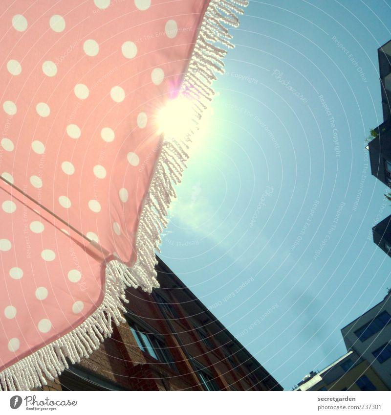 siehst du auch weisse punkte...? Häusliches Leben Wohnung Himmel Wolkenloser Himmel Sonne Sommer Schönes Wetter Stadtzentrum Fassade heiß hell retro blau rosa
