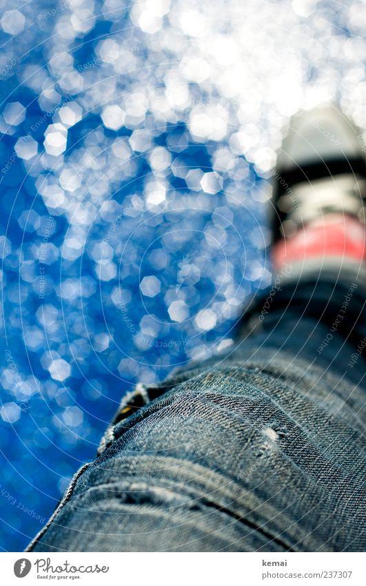 Am Brunnen sitzen Wohlgefühl Erholung Freizeit & Hobby Mensch Erwachsene Leben Beine Fuß 1 Wasser Wassertropfen Sommer Jeanshose Schuhe Chucks glänzend hell
