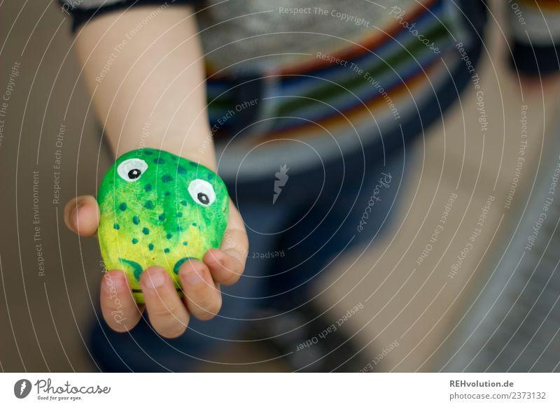 Monsterstein in der hand Kind Mensch Hand Freude Lifestyle natürlich Stil Glück Spielen außergewöhnlich Stein Kindheit Kreativität Idee festhalten Figur