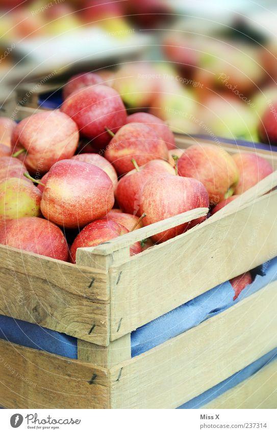 Apfelkisten rot Ernährung Lebensmittel Gesundheit Frucht frisch süß viele lecker Bioprodukte Vegetarische Ernährung Marktstand Holzkiste Wochenmarkt Gemüsemarkt